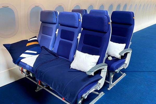 """Lufthansa """"Sleeper's Row"""" Offers Beds In Economy 