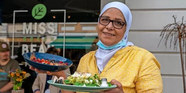 """Beim Café Miss Green Bean in der Brandenburger Straße 34 serviert Lamis Almbarek Alkafri Avocadotoast und Porridge """"Fruit 'n Bloom"""". Quelle: Varvara Smirnova"""