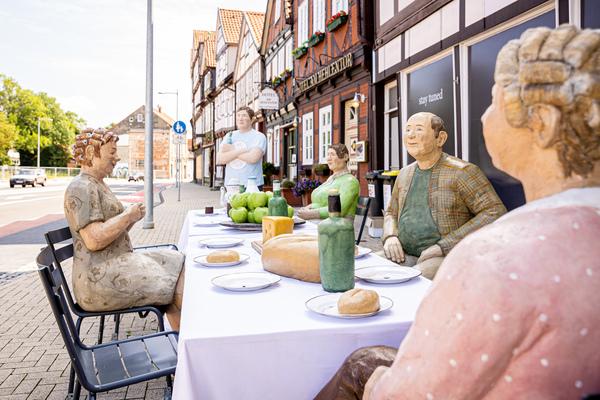 Im Rahmen der Ausstellung «Alltagsmenschen» sind derzeit rund 40 Skulpturen in der Celler Altstadt zu sehen. Foto: Moritz Frankenberg