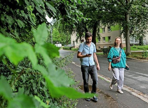 Mit dem Smartphone in der Hand auf den Spuren von Yannis: Autor Armin Wühle – hier mit Lenja Busch von Storydive – hat die Geschichte zum Audiowalk geschrieben. Foto: Katrin Kutter