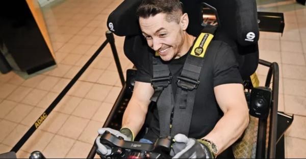 Rasant unterwegs: Andreas Toba im Rennsimulator. Foto: Kinsey
