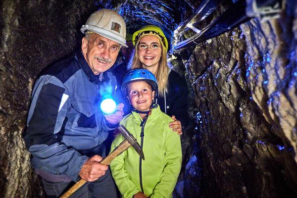 Bergführer Schiller und entführt die Besucher auf eine Zeitreise. Foto: Marco Förster