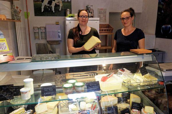 Sabina Lischka (l.) und Nina Restemeier in der Käserei. Quelle: Franziska Mohr