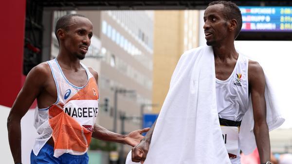 Tokyo 2020 - Pour finir avec son ami sur le podium du marathon, Nageeye pousse Abdi à se dépasser - Vidéo Athlétisme - Eurosport