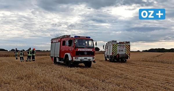 Großbrand beim Ernteeinsatz: Bauern und Feuerwehrleute kämpfen auf Rügen gegen das Feuer