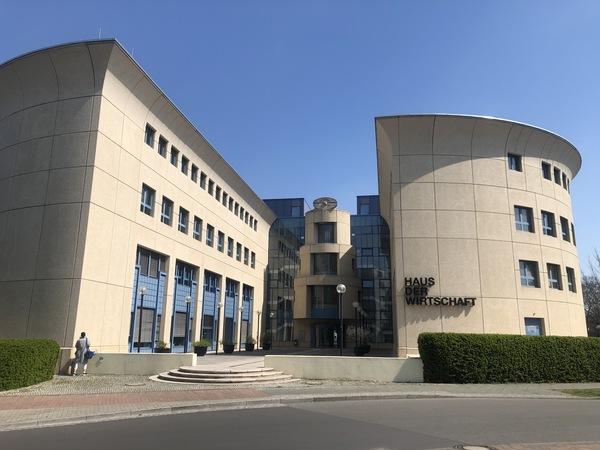 """Das """"Haus der Wirtschaft"""" im Schlaatzweg. Foto: Peter Degener"""