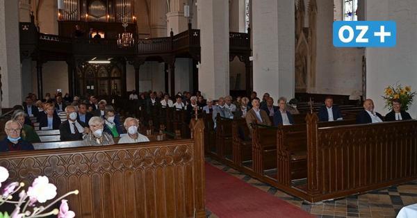 Mit zahlreichen Gästen: Kirchenfenster in Grimmener St. Marien eingeweiht