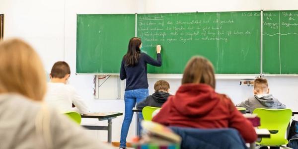 Wenn der Streber neben dem Klassenclown sitzt: Was die Sitzordnung mit Schulnoten zu tun hat