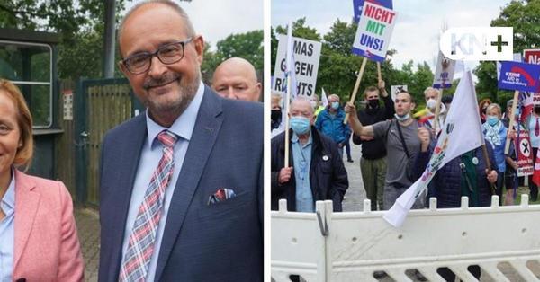 Lautstarke Demo gegen die AfD im Henstedt-Ulzburger Bürgerhaus.