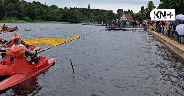2500 Enten schwammen in Bad Segeberg für den guten Zweck um die Wette