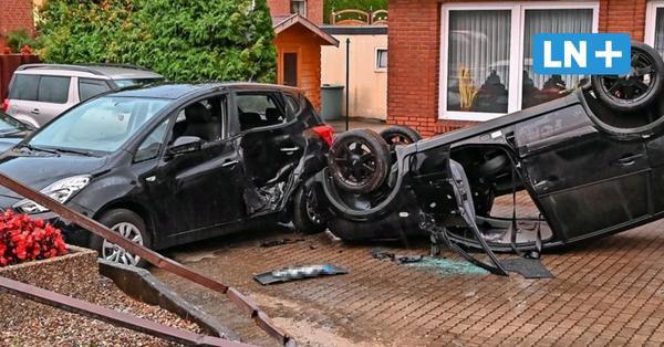Spektakulärer Unfall in Oldenburg: Auto bleibt auf Dach liegen und landet auf Grundstück