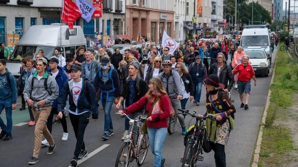 Berlin: Tausende Demonstranten wandern durch die Stadt - Polizei im Großeinsatz