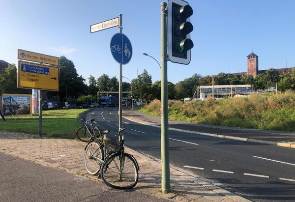 Das herrenlose Damenrad steht am Leipziger Dreieck. Foto: Peter Degener