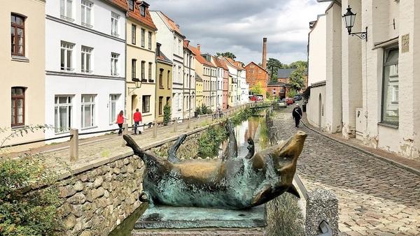 Bronzeschwein an der Mühlengrube in Wismar (Foto: Helmut Kuzina)