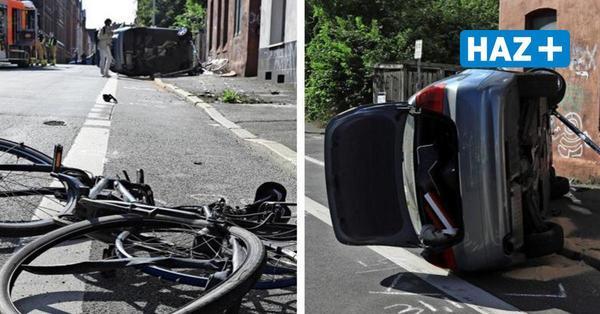 Auto erfasst Radfahrerin und überschlägt sich