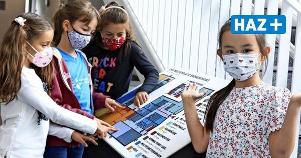 """""""Das Gute ist ja, dass wir auch Pausen haben"""": Drei Grundschülerinnen erklären einer Erstklässlerin die Schule"""
