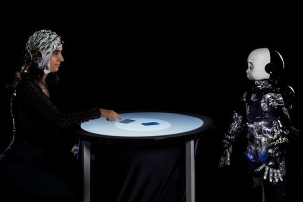 When Humans Play in Competition With a Humanoid Robot, They Delay Their Decisions When the Robot Looks at Them - Neuroscience News