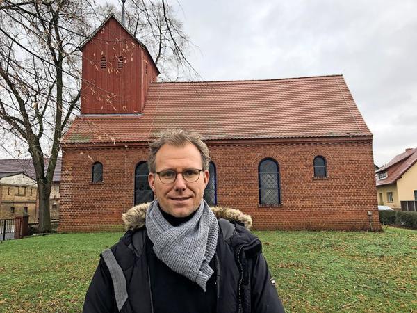 Oliver Notzke vor der Pernitzer Kirche. Foto: von Imhoff