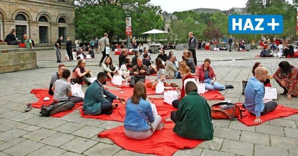 Picknick auf dem Opernplatz: Mitarbeiter von Oper, Schauspiel und Kunstverein nehmen Platz
