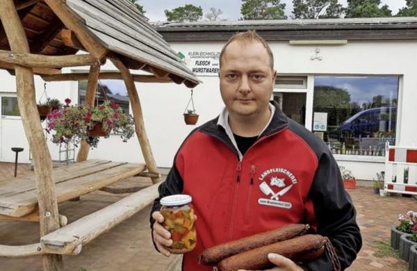 Stefan Türpe vor seiner Landfleischerei mit Hofladen. Foto: Franziska Mohr