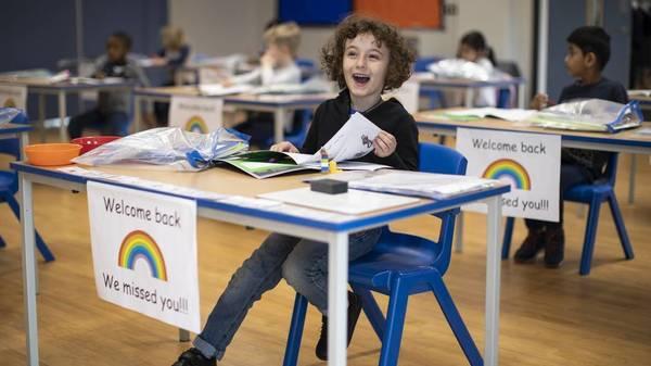 Großbritannien: Schulen auf, Masken runter – kann das gutgehen?