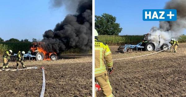 Trecker geht bei der Feldarbeit in Flammen auf