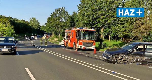 Schwerer Unfall auf der B217: Vier teils Schwerverletzte, vier beteiligte Autos