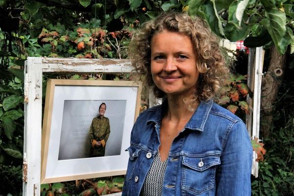 Linda Köhler-Sandring in der Gartenausstellung. (Foto: Marlies Schnaibel)