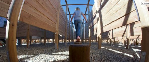 Wer sich im Labyrinth auf den Weg macht, kommt an Abenteuerstationen vorbei. (Foto: www.lueneburger-heide.de)