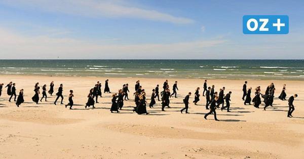 Stardirigent und seine Musiker säubern Strand in den Kaiserbädern auf Usedom