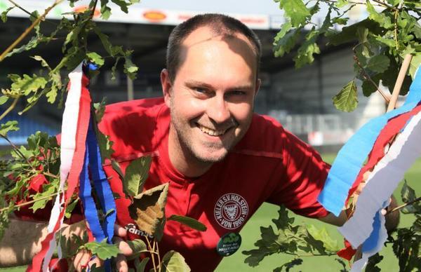 Ich glaub, ich steh' im Willerwald: Trainer Ole Werner fröhlich beim Sponsorentermin am Mittwoch im Holstein-Stadion. Foto: Holstein Kiel/Patrick Nawe