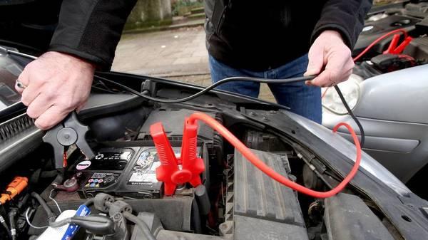 Schadensersatz und Mitverschulden: Wenn die Starthilfe fürs Auto schief geht