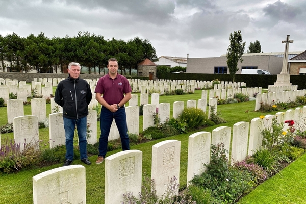 Les responsables de l'entretien des tombes de guerre révèlent leurs secrets - Vaklieden die oorlogsgraven onderhouden, geven hun geheimen prijs