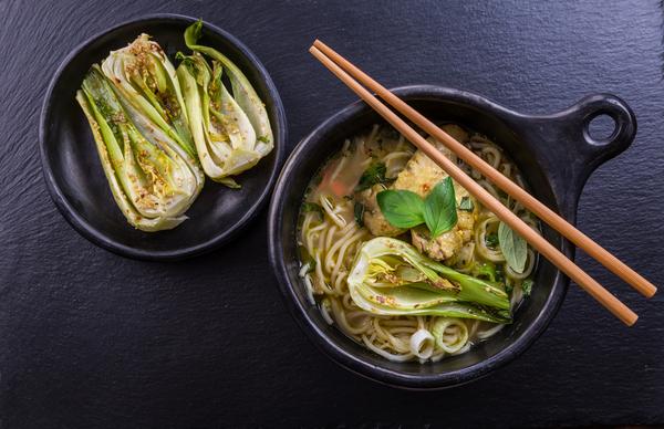 Grüne Curry-Hühnersuppe mit Nudeln und Bok Choy
