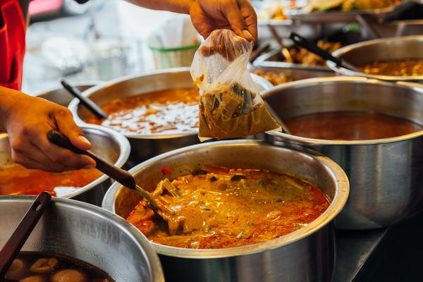 Markt in Bangkok. Curry zum Mitnehmen nach Hause oder zur Arbeit