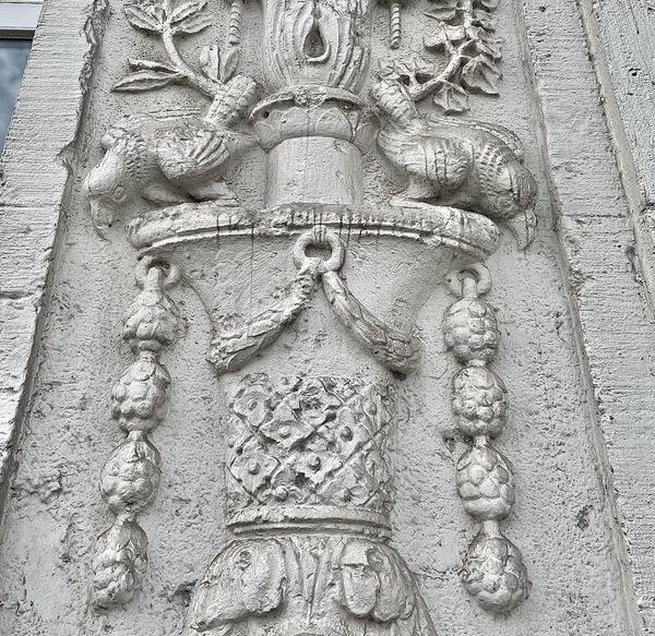 Zu welchem Haus gehört dieses Relief? (Foto: Christin Schmidt)