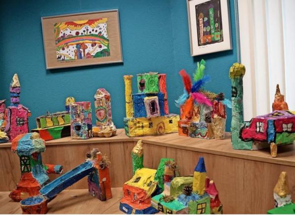 Farbenfroh und fröhlich wirken die Kunstwerke der Kinder. Foto: Heidrun Voigt