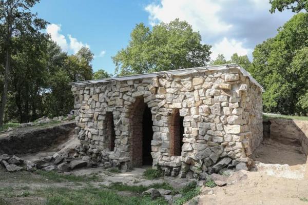 Die geborgenen Überreste der Grotte im Jahr 2015, vor dem Beginn der Rekonstruktion. (Foto: Tanja M. Marotzke)