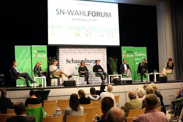 Bei der Podiumsdiskussion haben sich die Bundestags-Kandidaten den Fragen von SN-Chefredakteur Marc Fügmann (links) und Redakteurin Mira Colic (rechts) gestellt.