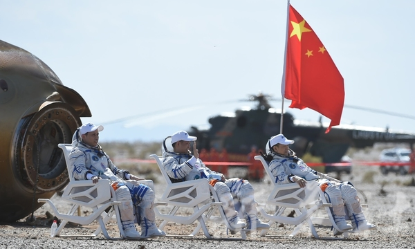 Nie Haisheng, Tang Hongbo and Liu Boming safely came back on Earth on September 17