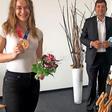 VW-Personal-Vorstand Kilian gratuliert seinen Olympia-Teilnehmerinnen
