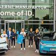 Frauenfußball-Nationalmannschaft besucht Gläserne Manufaktur von VW