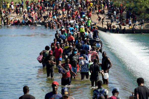 Haitian migrants crossing the Rio Grande (American-Mexican Border).Migrants haïtiens traversant le Rio Grande (frontière américano-mexicaine)
