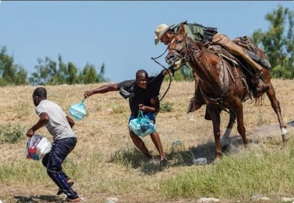 """Haitian being """"corralled"""" by an American border patrol units. Des Haïtiens « encerclés » par une unité de patrouille frontalière américaine."""