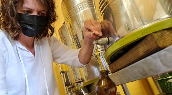 Maja füllt Öl ab. Foto: Sven Bartsch