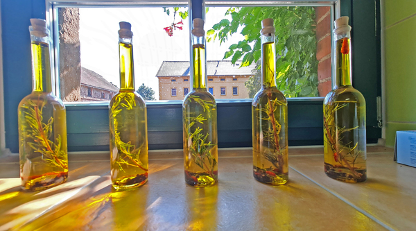 Die Öle gibt es auch aromatisiert. Foto: Sven Bartsch