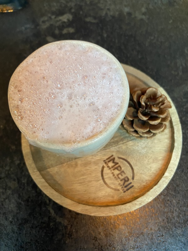 Kienapfel-Deko, Spuren vom Zedernholz im Drink. Foto: Petra Mewes