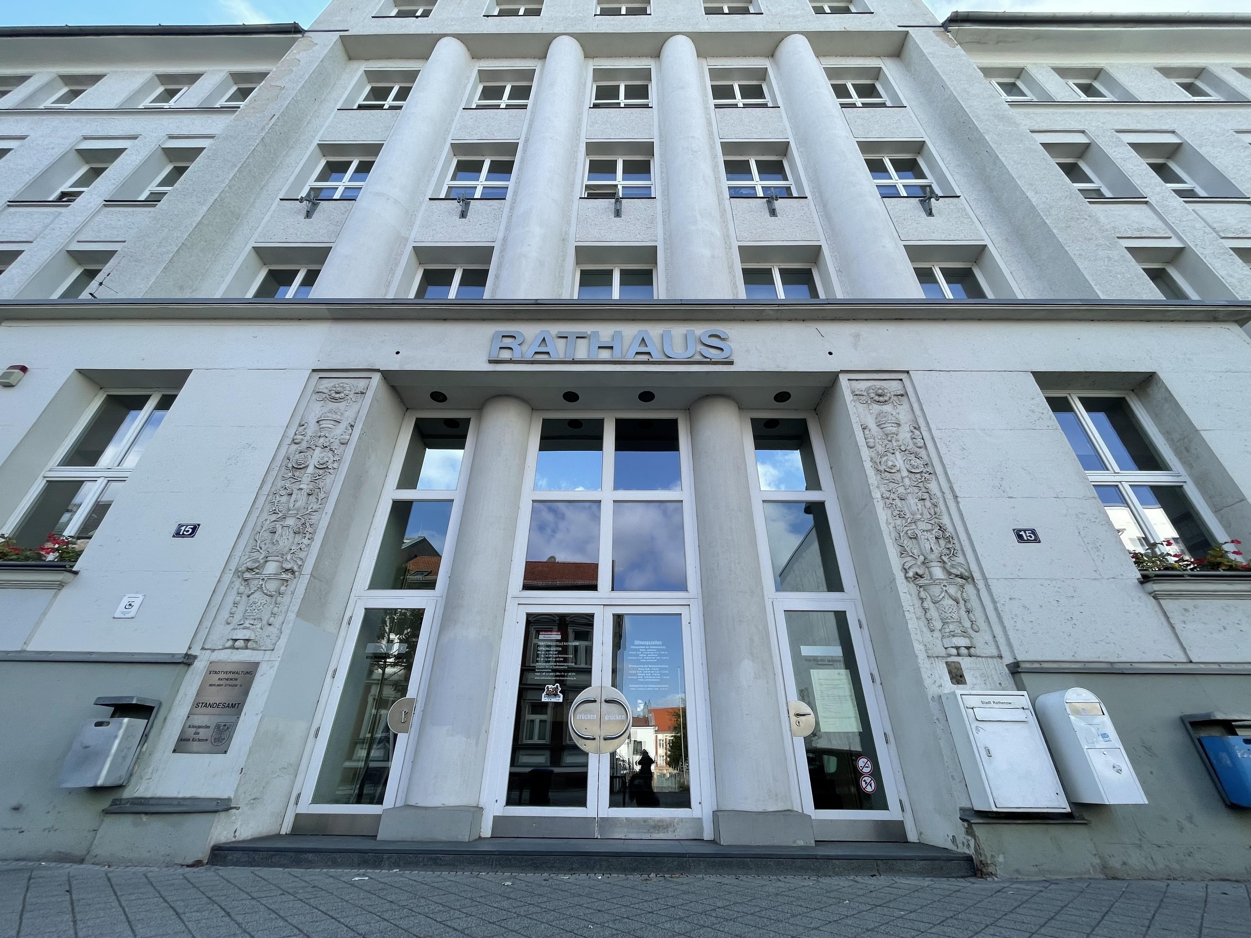 Der Haupteingang des Rathenower Rathauses. (Foto: Christin Schmidt)