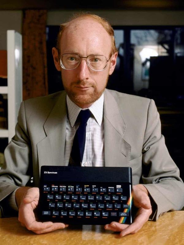 Sir Clive Sinclair'in elinde tuttuğu ZX Spectrum, benim de (Commodore 64 ile birlikte) ilk kodumu yazdığım bilgisayarlardan biri.