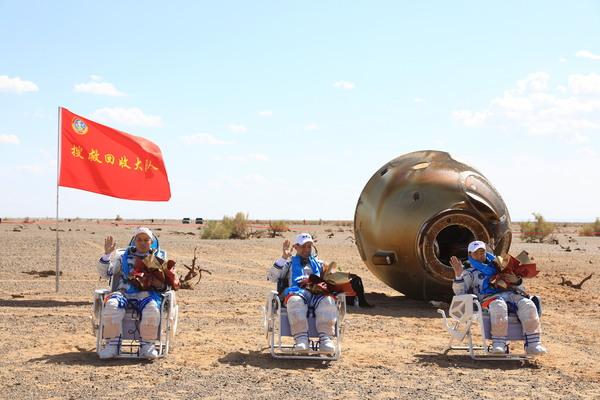 Uzun süre uzayda (düşük yerçekiminde) geçirilen zaman sonunda zayıflayan kaslar yüzünden Dünya'ya dönen astronotlar belirli bir süreyi tekerlekli sandalye ile geçiriyor.